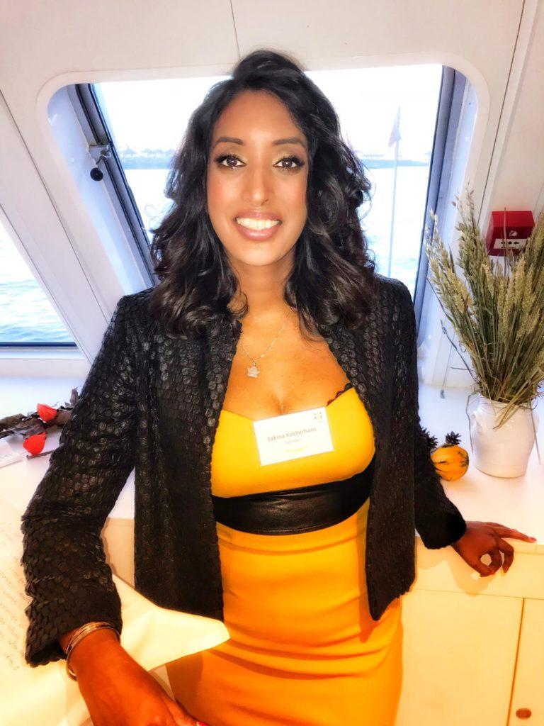 Bild zeigt Sabina Kocherhans im orangefarbenen Kleid während einer Inhouse-Veranstaltung der Firma Illerhaus, Hamburg, Bild 1