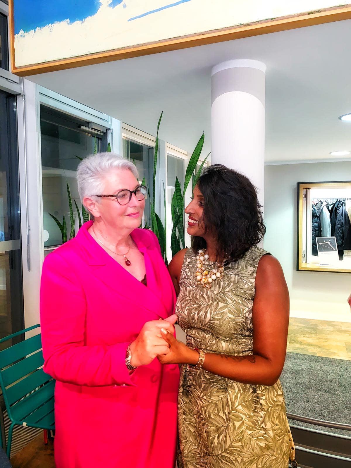 Bild zeigt Eva-Maria Popp stehend im Gespräch mit Sabina Kocherhans